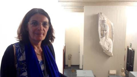 L'egittologa Marie-Cécile Bruwier davanti al frammento di regina tolemaica (Cleopatra?) conservata al Museo reale di Mariemont (foto Stephanie Vandreck)