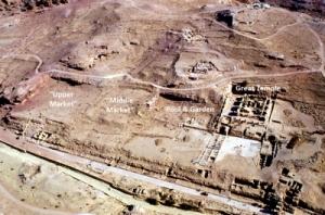 Visione aerea dell'area della piscina monumentale e del grande giardino a Petra