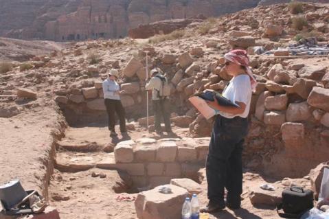 Archeologi all'opera nell'ambito del Petra Garden & Pool Complex Project