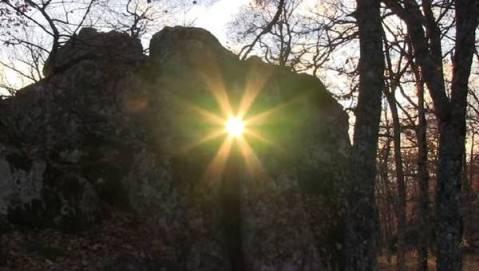 """Il 21 dicembre visita guidata con Giovanni Ricciardi per assistere al fenomeno del """"Solstizio d'Inverno"""": osservare l'ultimo raggio di sole che penetra nella fenditura del Megalite"""
