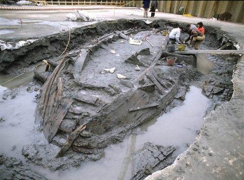 Una fase dello scavo delle navi romane antiche a San Rossore