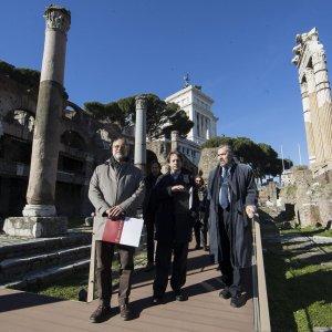 Prosperetti, Bergamo e Parisi Presicce all'ingresso dei Fori