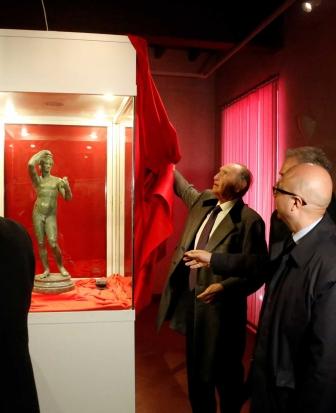 Lo scoprimento della vetrina che ospita l'Efebo di Sutri al museo del Patrimonium