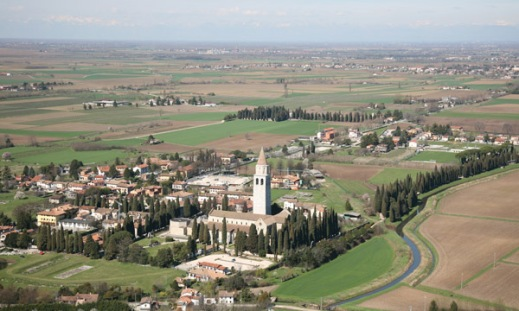 Veduta aerea del sito archeologico di Aquileia dominato dalla basilica patriarcale