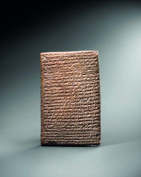 Tavoletta in argilla con scrittura cuneiforme e lingua accadica della collezione Ligabue, in mostra a Venezia