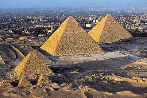 Le tre grandi piramidi svettano dalla piana di Giza