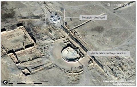 L'immagine satellitare mostra la distruzione della parte centrale del proscenio del teatro antico di Palmira e delle colonne del tetrapilo