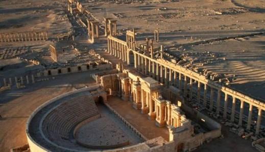Una bella veduta panoramica di Palmira: in primo piano il teatro antico ancora integro, e dopo il colonnato, si può vedere il tetrapilo