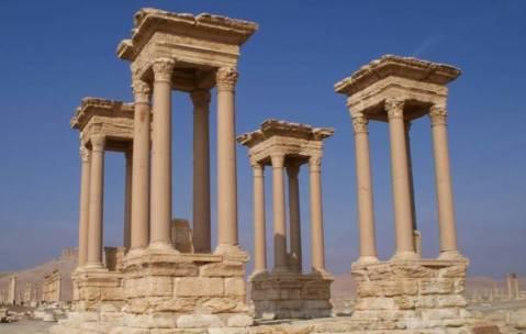 Il tetrapilo di Palmira prima della distruzione da parte dei miliziani dell'Isis