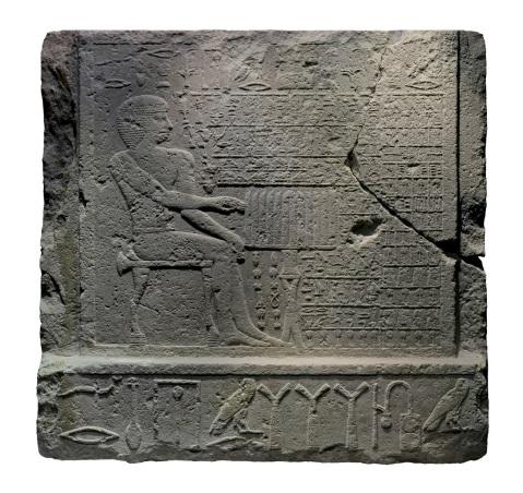 """La cosiddetta """"Stele della falsa porta"""" dalla tomba del dignitario Nefer conservata al museo Barracco di Roma"""