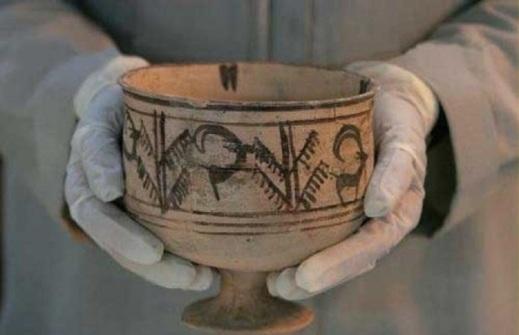 """Il calice di argilla con la sequenza della capra, primo """"cartone animato"""", scoperto nel 1983"""