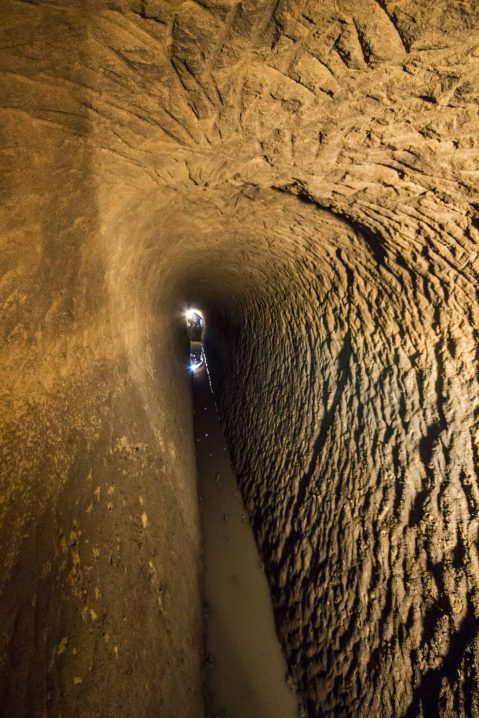 """La caratteristica forma a """"V"""" del condotto dell'acquedotto romano, soluzione tecnica che permette di regolamentare la velocità dell'acqua"""
