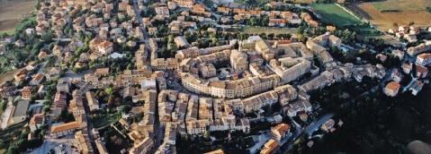 Una veduta panoramica dell'antico borgo di Cupramontana che sorge nell'area del municipio romano