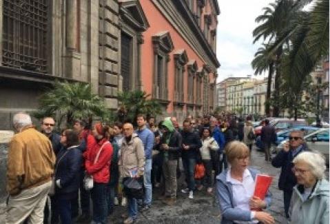 Visitatori in coda attendono di entrare al museo Archeologico nazionale di Napoli