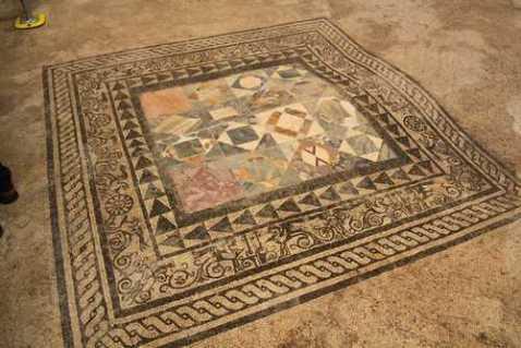 Un pavimento musivo riportato alla luce nella Casa dei Casti Amanti a Pompei