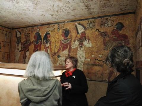 L'egittologa Donatella Avanzo illustra la camera funeraria di Tutankhamon ricostruita