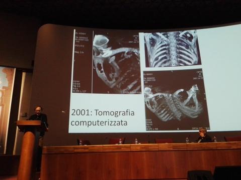 Günther Kaufmann, curatore del museo Archeologico dell'Alto Adige, mostra a TourismA 2017 la Tac con la punta di freccia piantata nella spalla di Oetzi
