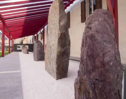 Le stele e i menhir del santuario megalitico di Pat allineati nel museo nazionale della Preistoria della Valcamonica (Mupre)