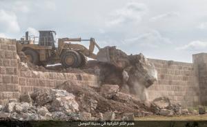 i bulldozer dei miliziani dell'Isis si accaniscono contro le mura di Ninive