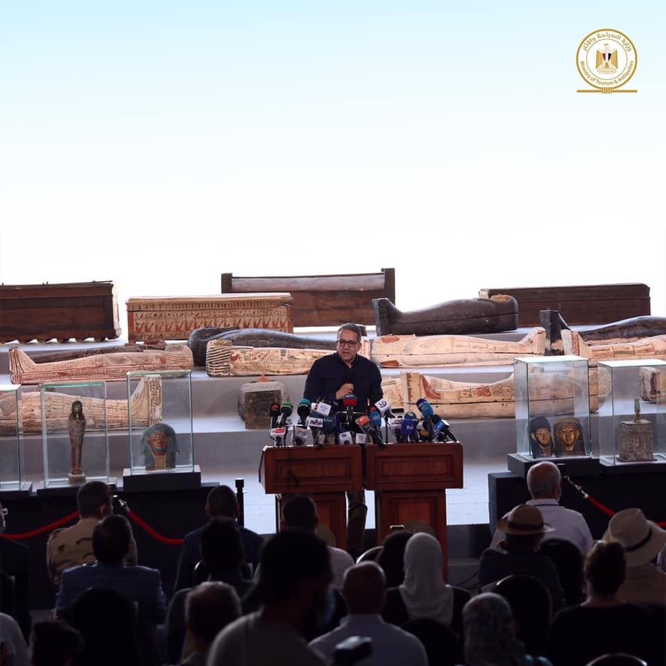 egitto_saqqara_scoperti-100-sarcofagi_ministro-el-anany_foto-ministry-of-tourism-and-antiquities