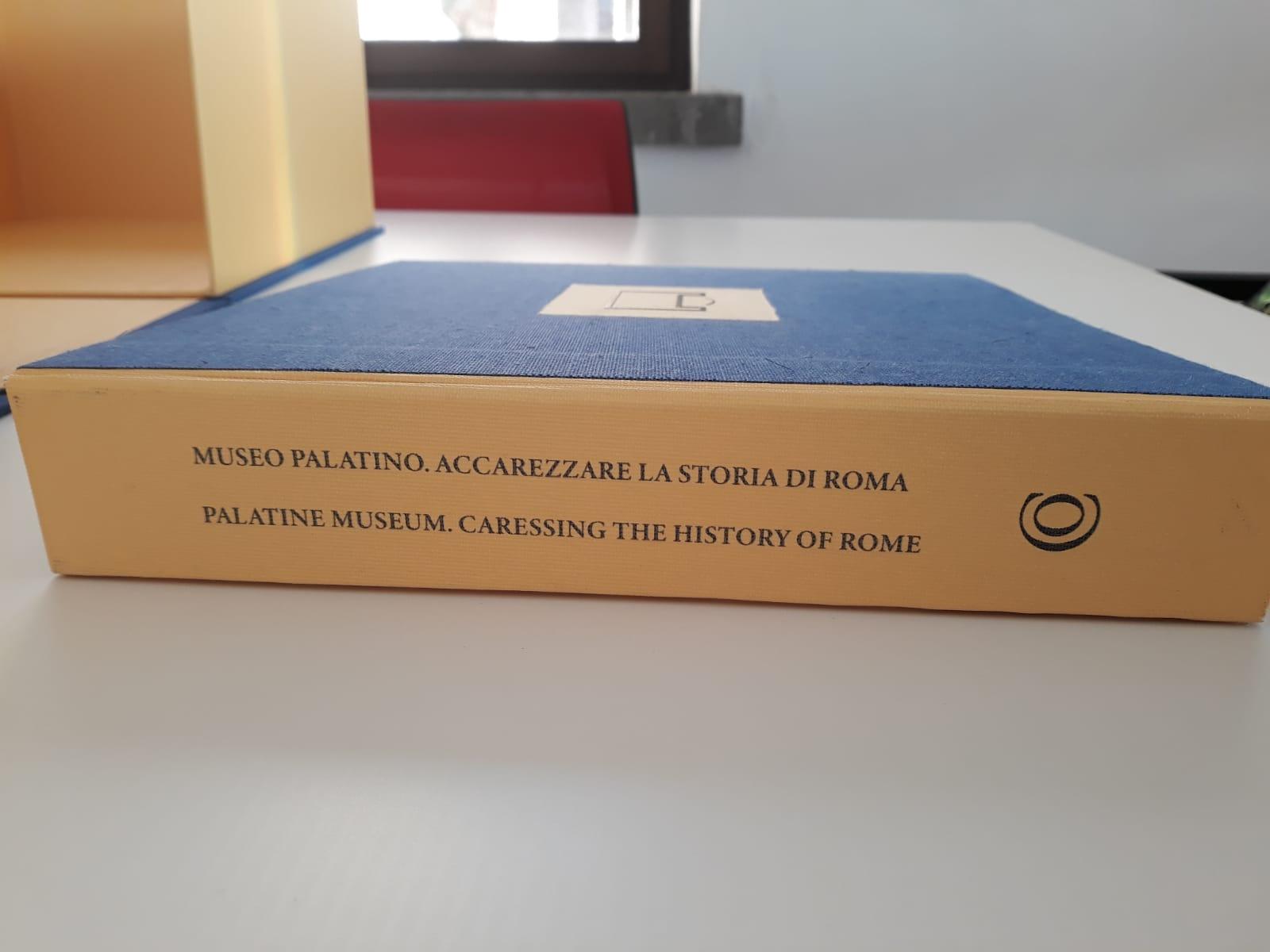 roma_PArCo_La-prima-Guida-Tattile-del-PArCo_Museo-Palatino.-Accarezzare-la-Storia-di-Roma_dorso-di-copertina_foto-PArCo