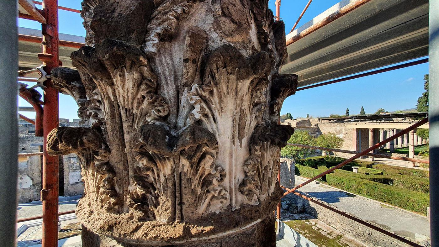 pompei_casa-del-fauno_degrado-capitello_atrio-secondario_foto-parco-archeologico-di-pompei