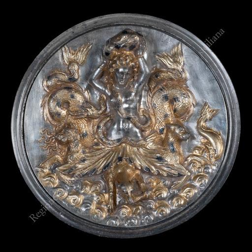 aidone_argenti-morgantina_coppa-a-emblema-in-argento-scilla_foto-regione-siciliana