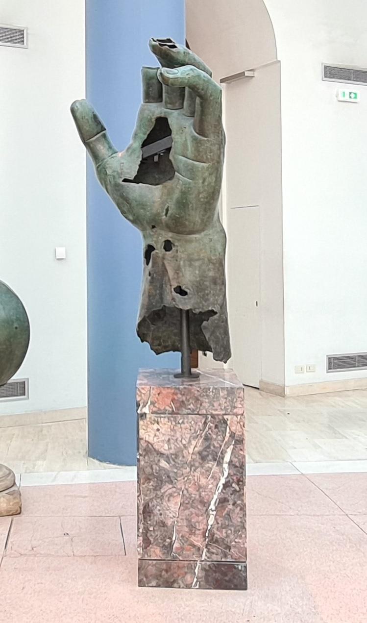 roma_capitolini_esedra-marco-aurelio_mano-colosso-costantino-prima-restauro_foto-graziano-tavan