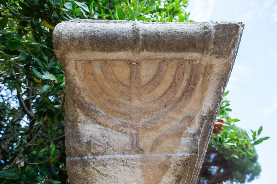 ostia-antica_sinagoga_menorah-in-edicola_foto-parco-ostia-antica